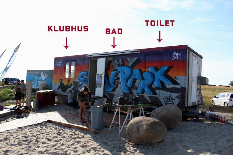 Toilet, bad og klubhus